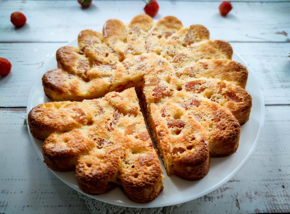 Grietinės pyragas su džiovintais abrikosaisi