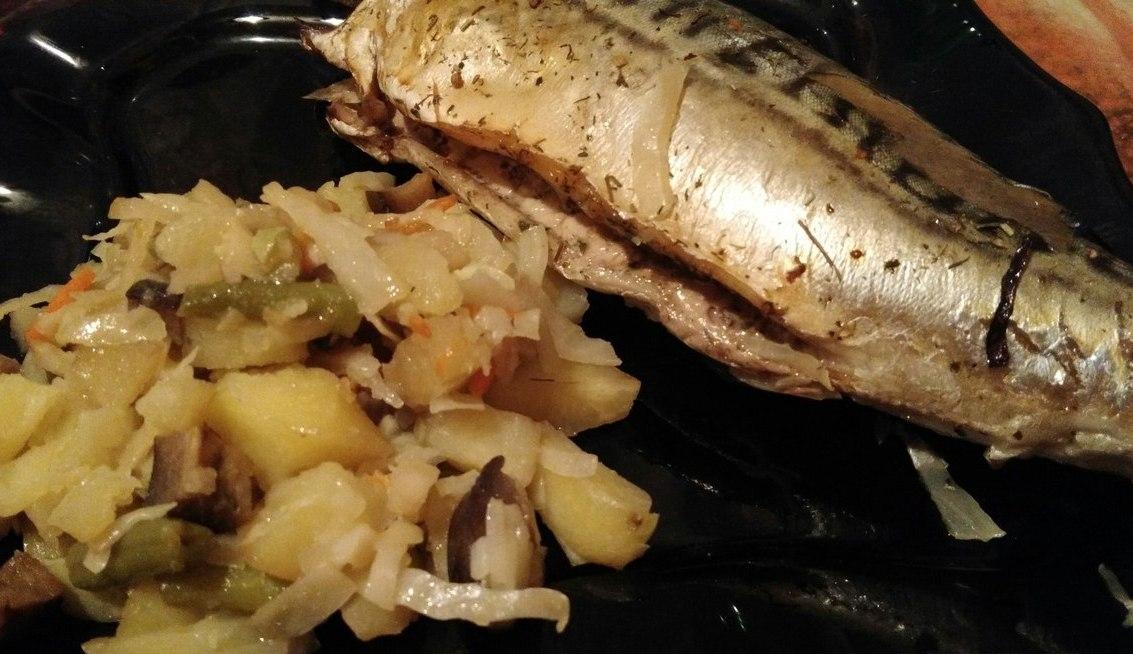 Kepta skumbrė rankovėje su daržovėmis