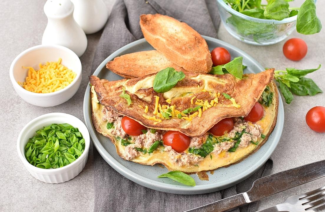 Omletas su tunu ir pomidorais